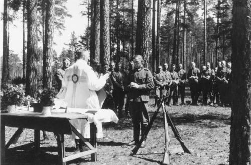 Kality/Opr. 2.6.41 Feldgottesdienst für deutsche Soldaten; der Feldgeistliche erteilt den Segen Bildberichter Henisch; Prop. Kp. 612 Nr. 15/1981
